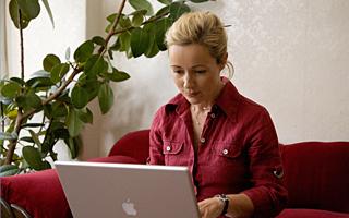 Beatrice Poschenrieder, Autorin, Beraterin und Coach, bei der Arbeit